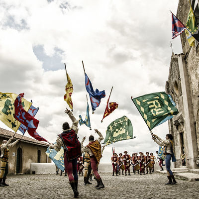 "Folkloregruppe ""Rioni Renaissance Flag Throwers Folk Ensemble"" aus Italien"